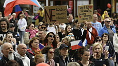 Demonstrace rodičů za návrat dětí do škol.