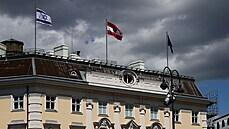 Izraelská vlajka vedle vlajky Rakouska a vlajky Evropské unie na budově...