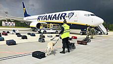 Bezpečnostní kontrola letadla společnosti Ryanair, které nouzově přistálo na...