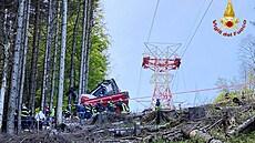 Záchranné práce po pádu lanovky, která se zřítila v italské Strese.