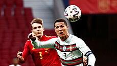 Cristiano Ronaldo hlavičkuje míč v přípravném utkání se Španělskem.