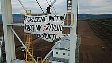 Skupina aktivistek obsadila 10. června ráno rypadla v uhelnıch dolech Bílina na...