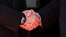 Detailní snímek potřesu ruky mezi Vladimirem Putin a Joem Bidenem. Podobná...