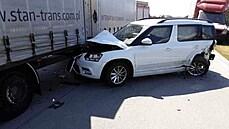 K nehodě došlo kvůli zvlněnému a popraskanému povrchu vozovky, kterı poškodily...
