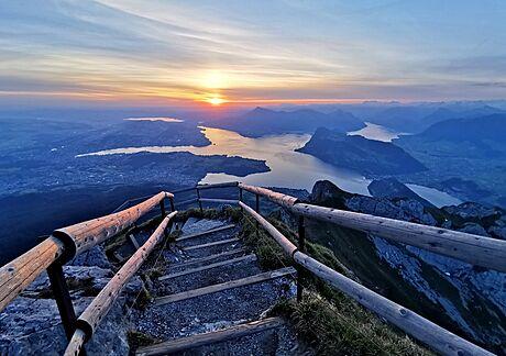 Pro zhlédnutí západu slunce je ideální vrchol Oberhaupt, kam to máte od hotelu...