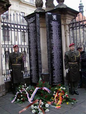 68abef8a466 Jistěže je to pamětní deska 294 hrdinům heydrichiády (foto  Jiří Wagner)
