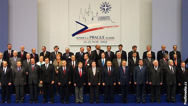 Hlavy států členských zemí Euroatlantické aliance na společné fotografii z 22. listopadu