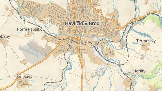 Hobbymarket roste v těsném sousedství Lidické ulice a železničního viaduktu.