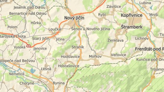 Silnice I/57 tvoří spojnici mezi Moravskoslezským a Zlínským krajem, nehoda se stala mezi Novým Jičínem a Valašským Meziříčím.