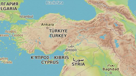 Tall Abjad (modrá značka) a Rás al-Ajn (červená značka) leží na severu Sýrie nedaleko tureckých hranic.