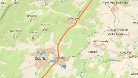 Na silnici mezi Dobříší a Voznicí upadlo z auta kolo, které prorazilo výlohu čerpací stanice