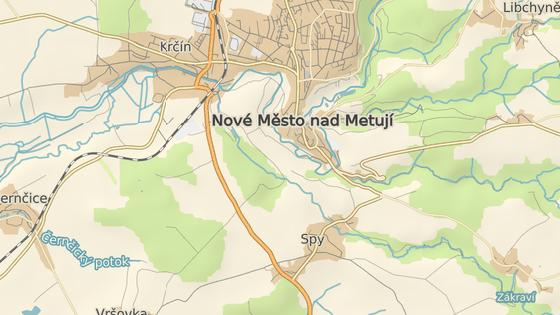 Opravovaná silnice vypadá jako obchvat města, ve skutečnosti vede hlavní tah na Náchod přes Spy a centrum města.