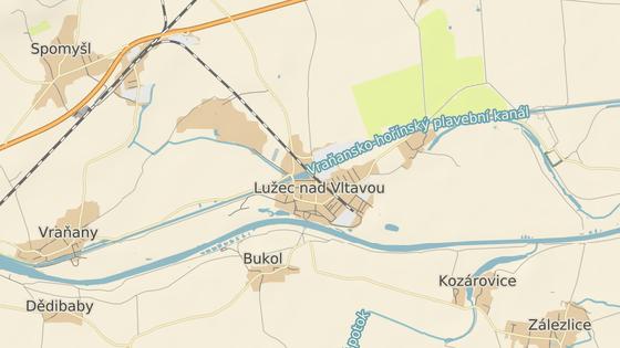 Největší mobilní jeřáb v Česku v úterý usadil nový železniční most v Lužci nad Vltavou. (5. května 2020)