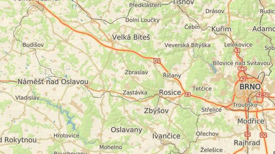 Nehoda se stala mezi Náměští nad Oslavou a Kralicemi na Oslavou na silnici I/23.