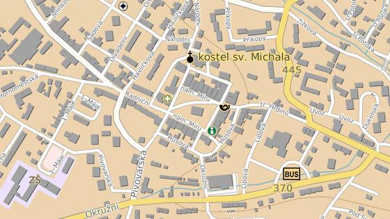 Budova rýmařovské radnice stojí uprostřed Náměstí Míru.