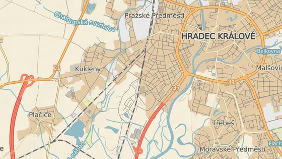 Spor se vede o podobu přejezdu v Kuklenské ulici na okraji Hradce Králové.