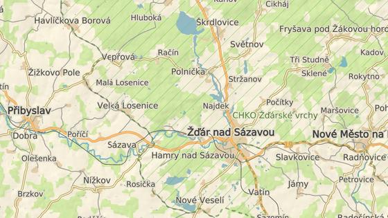 Jezírko Vápenice leží v lesích jen kousek na severozápad od Žďáru nad Sázavou, vede k němu turistická trasa.