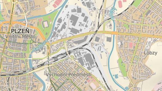 Auto hořelo poblíž křižovatky U Pietasu (červený bod). Kolona aut sahala až k Plzeňskému Prazdroji (modrý bod).