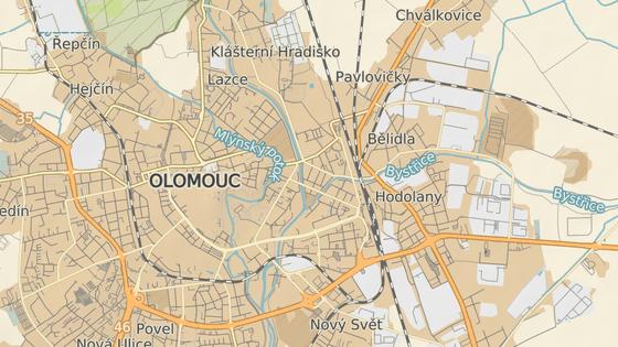 Objížďka kvůli uzavřenému mostu (červeně) povede nakonec přes vnitřní obchvat Olomouce.