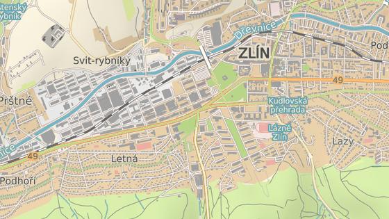 Chodba vede od budovy mrakodrapu v baťovském areálu (červená značka) a po necelém půl kilometru končí mezi točnou MHD a sportovní halou (černá značka).