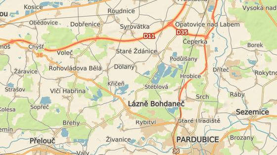 Silnice I/36 v Rohovládově Bělé se opravuje, tranzitní doprava mezi D11 a Pardubicemi by ideálně měla jezdit přes takzvanou Hradubickou silnici I/37 a úsek D35.