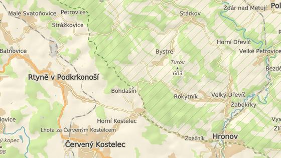 Pěchotní srub stojí pod hřebenem Jestřebích hor při silnici mezi Červeným Kostelcem a Stárkovem.