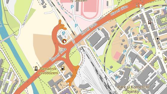 Závorami nechráněný železniční přejezd, ale s výstražnou světelnou a zvukovou signalizací, leží za jednou ze zatáček poblíž frýdecko-místeckého autobusového nádraží.