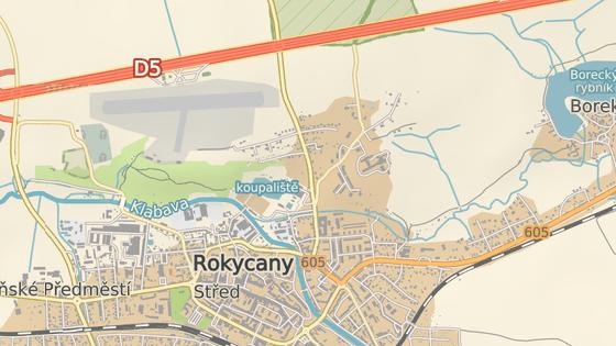 Sanitka se střela s autem v Osecké ulici v Rokycanech.