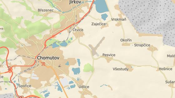 Kvůli námraze na vozovce bouralo na Chomutovsku deset automobilů.