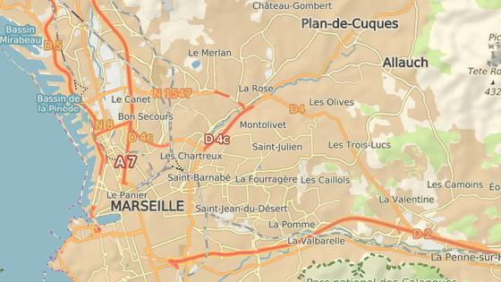 Červené značku ukazují čtvrti La Valentine a La Croix-Rouge, kde vůz naboural zastávky, černá značka pak oblast Charles Livon, před níž varovala policie