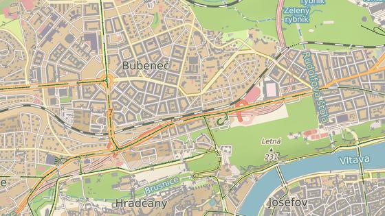Garáže pod Letnou (800 míst) jsou vpravo. Vlevo jsou modrou značkou označeny garáže pod Prašným mostem (303 míst).