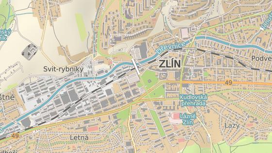 Křižovatka u autobusového nádraží (modrá šipka) se změní na kruhovou, křižovatka ulic Březnická a Mostní (červená šipka) zase na světelnou.