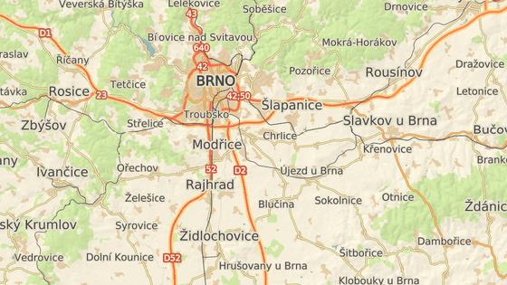 Řidič pod vlivem pervitinu ujížděl policistům od Syrovic (modrá značka) přes okraj Brna (šedá) až do Dambořic (červená).
