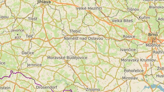 Při cestě z Jihlavy na Znojmo řidiči narazí na několik dopravních omezení. Přestavuje se například Kasárenská křižovatka (modrá značka), opravuje pak silnice mezi Želetavou (červená) a hranicemi Kraje Vysočina za Moravskými Budějovicemi (zelená značka).