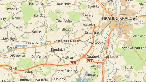 Řidič najel do protisměru D11 na 90. kilometru u Hradce Králové (červeně), dálnici opustil až na exitu 76 u obce Pravy (zeleně)