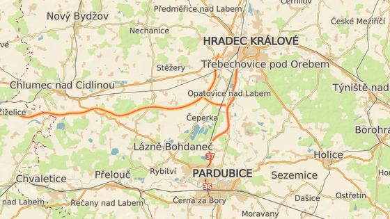 Cílem obcí je zakázat tranzitujícím kamionům sjet z D11 u Chýště (červená) a projet přes semtínskou průmyslovou zónu na okraj Pardubic (zelená). Ideálně by měly jet po tzv. Hradubické silnici na dálniční křižovatku u Opatovic nad Labem (oranžová).