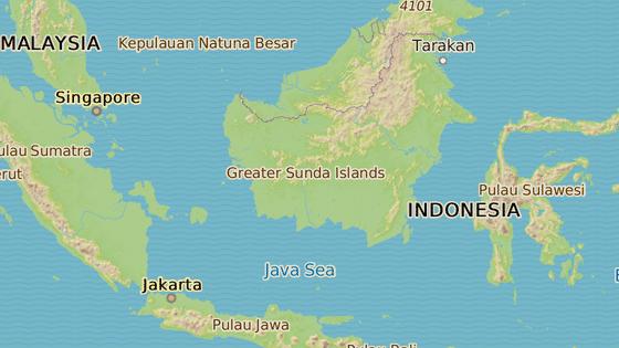 Červená značka ukazuje Jakartu, stávající hlavní město. Modrá pak Východní Kalimantan, který se jevil jako příhodná poloha pro nové hlavní město.