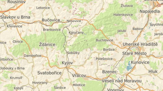 Při srážce tří aut v Kyjově zemřela jedna řidička, další dva řidiči se těžce zranili.