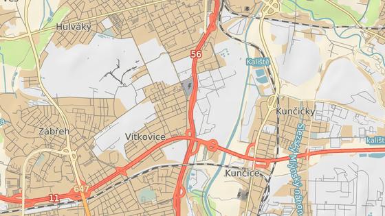 Areál vrakoviště, kde hasiči likvidují mohutný požár, stojí v průmyslové oblasti v ostravském obvodu Vítkovice, hned vedle velmi frekventované M9stecké ulice.