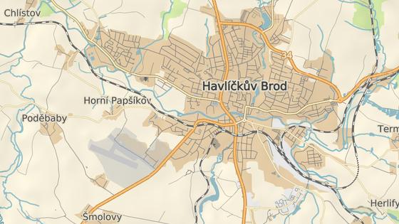 Železniční trať na Prahu prochází hustě zastavěnou západní částí Havlíčkova Brodu.