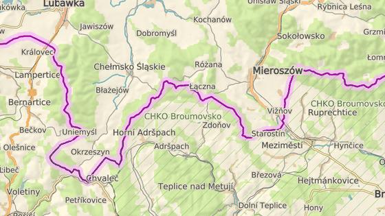 Nejvíce turistů z Polska jede přes přechod ve Zdoňově (červená značka). Pětikilometrový úsek silnice do Dolního Adršpachu (modrá značka) policie někdy zavírá kvůli přílišnému náporu.