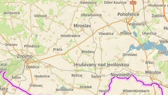 Při srážce dvou aut poblíž Dobšic zemřel řidič jednoho z nich.