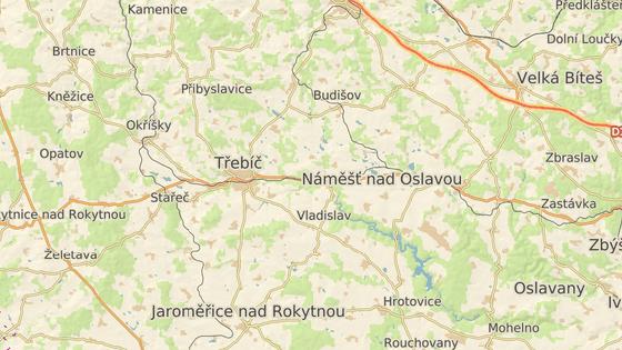 K nehodě došlo mezi Třebíčí a Vladislaví, kde silnice vede podél železniční trati.