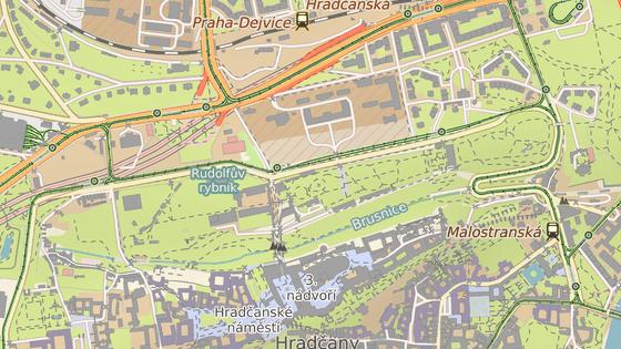 Vstup do Jeleního příkopu bude od brány v ulici Chotkova (červená značka). Prohlídka bude jednosměrná a skončí u vstupu v ulici U Brusnice (modrá značka).