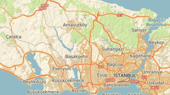 Bosporský průliv (červeně) a předpokládaná trasa Istanbulského kanálu (modře)