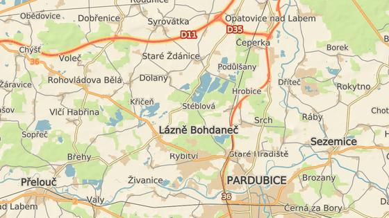 Od 10. do 14. dubna bude v Lázních Bohdaneč zavřená kruhová křižovatka na náměstí (červeně). Objízdná trasa z Pardubic k D11 vede přes Přelouč a Rohovládovu Bělou (zeleně), nebo rovnou po Hradubické I/37 na Opatovice nad Labem a D35 (modře).