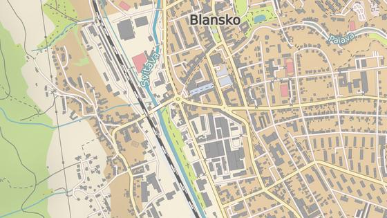 Problémový přejezd v Blansku (červená značka) a poloha plánovaného mostu (modrá)