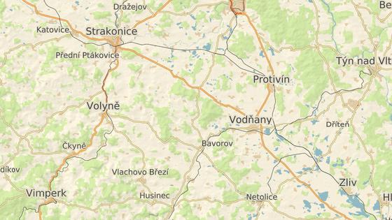 Helfenburk stojí na kopci v lesích mezi Čepřovicemi a Bavorovem.