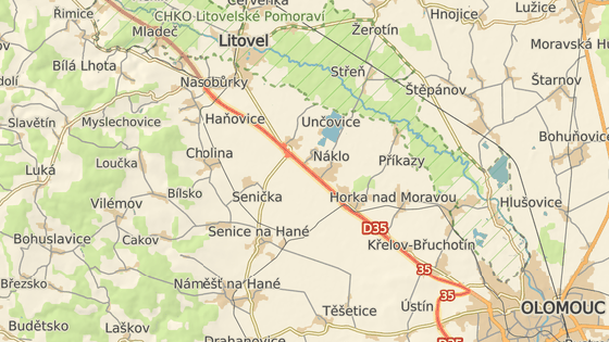 Autobus havaroval na dálnici D35 mezi Nasobůrkami a Unčovicemi.