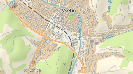 Kvůli stavbě nového kruhového objezdu o obchodní zóny ve Vsetíně (červená šipka) se změní přednost na křižovatce u čerpací stanice Shell (zelená).